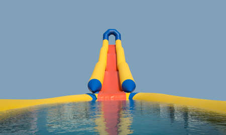 カスケードの水の中に膨脹可能なスライド 写真素材