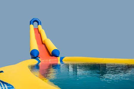 수영장으로 점프하기위한 풍선 슬라이드