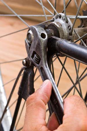 riparatore: servizio per bici con adepto riparazione bici