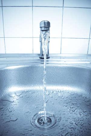 rubinetti: acqua � in esecuzione in un lavandino  Archivio Fotografico