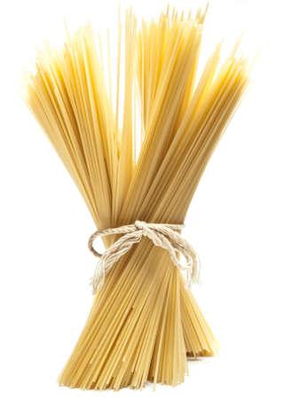 spaghetti: spaghetti, permanent tegen een witte achtergrond