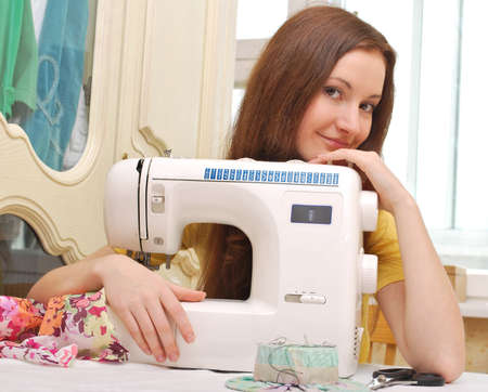 maquina de coser: Trabajo de costurera de mujer en la m�quina de coser