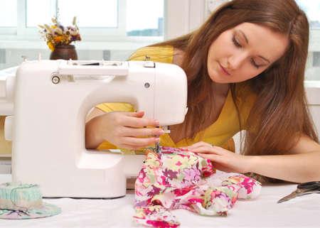 sew: Vrouw naaister werk op de naaimachine