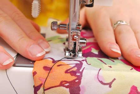 machine a coudre: Couture main sur une machine.