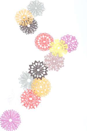 Origami Schneeflocken auf dem weißen Hintergrund