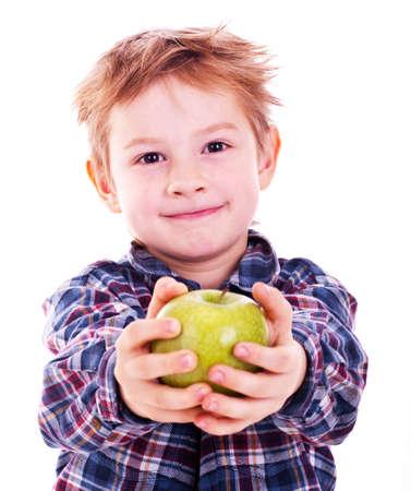 Kleiner Junge mit Apfel. Isoliert auf weißem Hintergrund.
