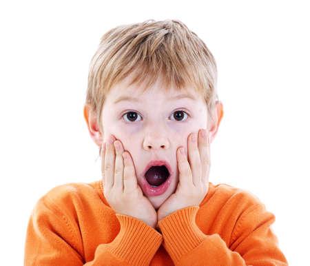 Netter Junge mit einem Ausdruck der Überraschung