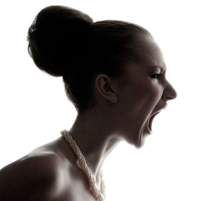 ni�a gritando: Silueta de mujer joven y bella gritos aislados en fondo blanco Foto de archivo