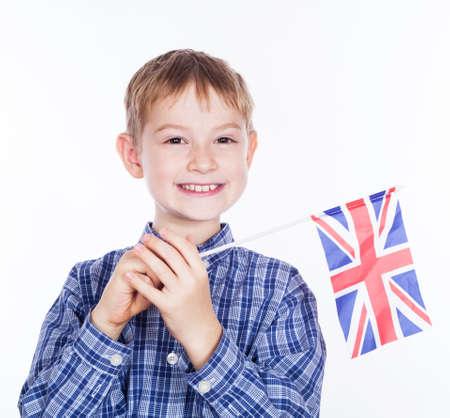 Ein kleiner Junge mit Englisch Flagge auf dem weißen Hintergrund