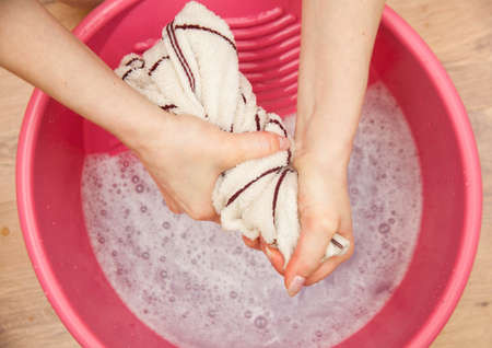 lavando ropa: Mano delicado lavado de ropa. Foto de archivo