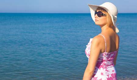 grosse fesse: Belle fille de d�tente en plein air � la plage l'�t�