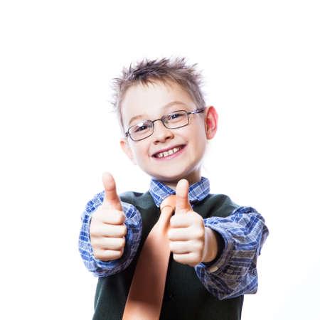 Portrait des glücklichen Jungen zeigt Daumen hoch Geste auf dem weißen Hintergrund Lizenzfreie Bilder