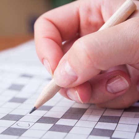 Close-up weergave van een leeg kruiswoordraadsel raster met zwarte en witte vierkanten en een potlood
