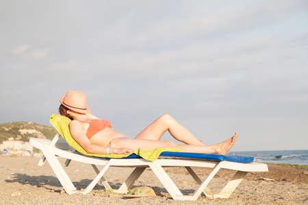 tun: Woman on the beach
