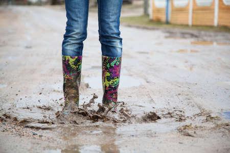 rain boots: Mujer con botas de lluvia salta Foto de archivo