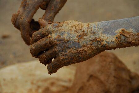 manos sucias de un minero