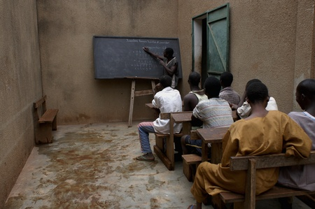 Bobo Dioulasso, Burkina Faso - el 19 de febrero de 2005: Los niños encarcelados en la escuela.Las cárceles de vivir peligrosamente mezclado adultos Asociación Terres des Hommes y transfiere estos centro de rehabilitación específica Laye                                 Foto de archivo - 8868700