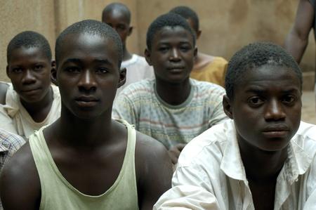 hommes: Bobo Dioulasso, Burkina Faso - el 19 de febrero de 2005: Los ni�os encarcelados en la escuela.Las c�rceles de vivir peligrosamente mezclado adultos Asociaci�n Terres des Hommes y transfiere estos centro de rehabilitaci�n espec�fica Laye