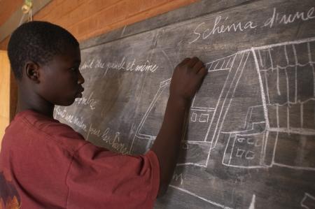 Bobo Dioulasso, Burkina Faso-el 23 de febrero, 2005:African niños en la escuela en el centro de recuperación.  Casa de alternativa de detención a la prisión, que alberga a niños en conflicto con la ley y prepararlos para la reinserción en la sociedad.
