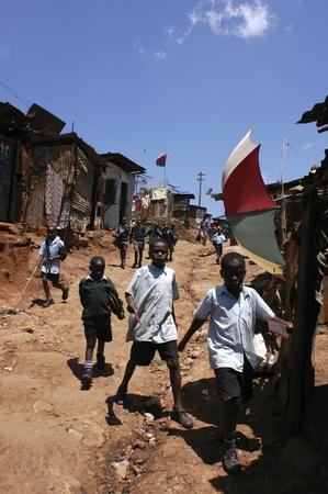 Nairobi, Kenia-enero 27, 2004:children viven en Kibera.Is los tugurios más grande en África en el centro de Nairobi.There son carece de servicios, las alcantarillas están abiertas.Hay muchos huérfanos y la enfermedad del VIH, el paludismo Foto de archivo - 8894211