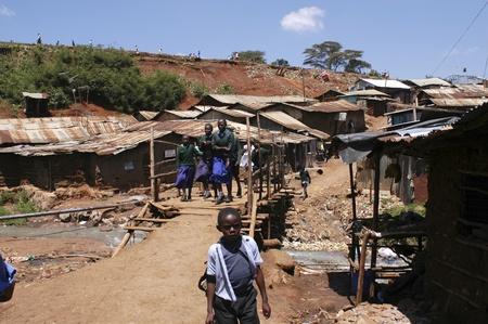 Nairobi, Kenia-enero 27, 2004:children viven en Kibera.Is los tugurios más grande en África en el centro de Nairobi.There son carece de servicios, las alcantarillas están abiertas.Hay muchos huérfanos y la enfermedad del VIH, el paludismo  Foto de archivo - 8894213