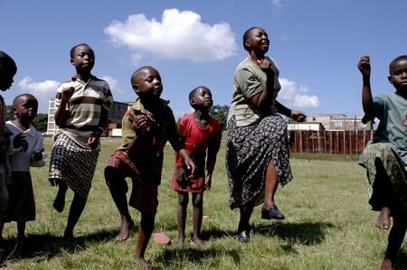 Los niños de 10,2009.Street de enero de Nairobi, Kenya felizmente jugar en un parque.Hay muchos niños de la calle en la Asociación de Nairobi.The Resque Dadá nació en Nairobi las recupera a través de las calles de la capital para darle una vida decente