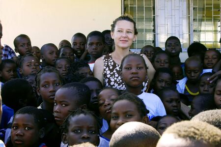 Beira, Mozambique-enero 10, 2010:Swiss mujer, Barbara Hofmann, junto con los ni�os hu�rfanos. Barbara desde 1989 despu�s de ver la realidad de la guerra, que recoge en su estructura en Beira, los ni�os afectados por la guerra, hu�rfanos y abandonados Editorial