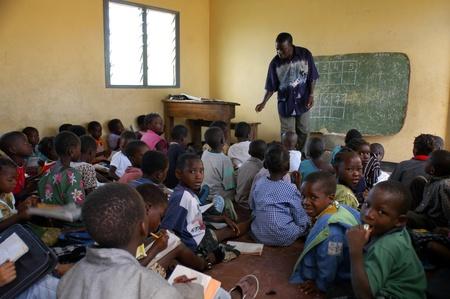 Beira, Mozambique-enero 10, 2010:Class en primaria en Beira.Swiss mujer, Barbara Hofmann, desde 1989, después de ver la realidad de la guerra ha abierto un centro en su estructura y recoge a niños víctimas de guerra, los huérfanos y abandonados dándoles la educación Editorial