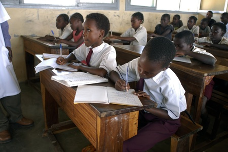 Beira, Mozambique-enero 10, 2010:Class en primaria en Beira.Swiss mujer, Barbara Hofmann, desde 1989, después de ver la realidad de la guerra, ha abierto un centro en su estructura y recoge niños víctimas de la guerra, huérfanos y abandonados dándoles la educación