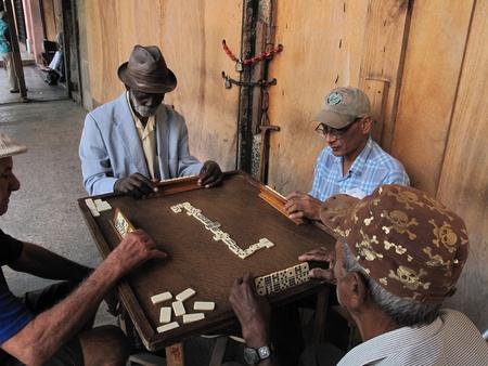 La Habana, Cuba-el 2 de febrero de 2009: Ancianos cubanos pasan el tiempo jugando en las calles de la Habana.