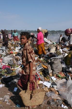 Maputo, Mozambique - 14 de mayo de 2004: un niño pobre en la capital de vertedero de Maputo en Mozambique. Hay muchos niños de la calle en la basura en busca de alimentos, botellas, hierro Latina revender