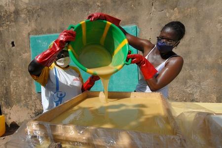 Ouagadougou, Burkiana Faso-noviembre 4, manteca de karit� mujeres productoras de 2010:African a mano.Manteca de karit� siempre se utiliza en �frica para alimentos, tales como cosm�ticos y como una droga