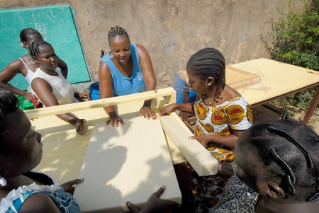 Ouagadougou, Burkiana Faso-noviembre 4, manteca de karité mujeres productoras de 2010:African a mano.Manteca de karité siempre se utiliza en África para alimentos, tales como cosméticos y como una droga