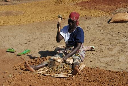 El 18 de marzo de 2010 de Shinyanga, Tanzania: minero de mujer canteras piedras. Preparar canteras de grava a venderse por un dólar al día. Para ellos era la única ocupación para alimentar a sus familias