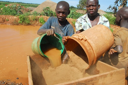 Shinyanga, Tanzania el 18 de marzo, 2010:children buscando el oro, aquí hay muchos niños no asisten a la escuela y trabajar en las minas