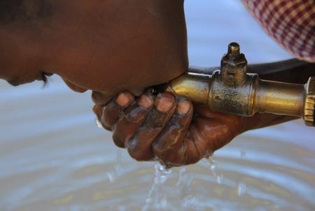 Mtito Andes, Kenya 13 de julio 2009:child agua de una fuente, gracias a diversas organizaciones humanitarias, las personas de la aldea de Andes Mtito puede buscar agua de una fuente