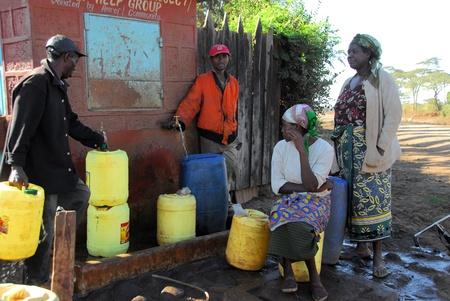 collect: Mtito Andes, personas de 13 de julio de 2009 de Kenia son sin suministro de agua de una fuente, gracias a diversas organizaciones humanitarias, las personas de la aldea de Andes Mtito pueden buscar agua de una fuente