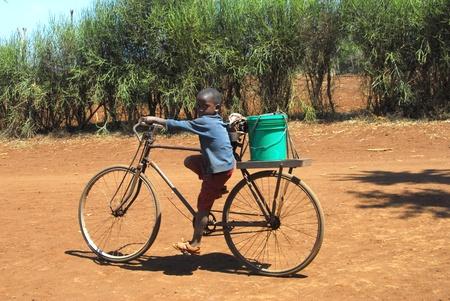 Mtito Andes, 2009:child de 13 de julio de Kenya lleva el agua con su bicicleta gracias a diversas organizaciones humanitarias, las personas de la aldea de Andes Mtito pueden buscar agua de una fuente