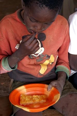 Uagadugú Burkina Faso de febrero de 2005. Huérfanos en el orfanato de la capital de Burkina Faso.Children en el orfanato en el noroeste de estructura de Loumbila Ouagadouogu.A que alberga a 150 niños  Editorial