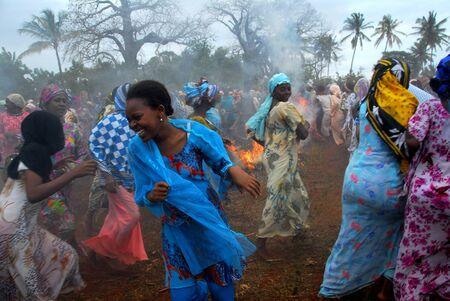 Zanzibar, Tanzania el 20 de julio, 2000:Women en una fiesta tradicional. Cada año en Zanzíbar es un festival en honor de los pescadores. Editorial