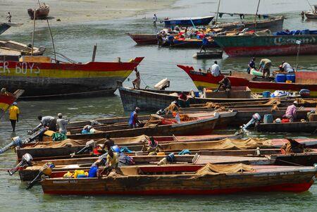 Dar es Salam, Tanzania en febrero, 2010:Fishermen en el puerto de Dar es Salaam. Una de las principales actividades en la capital es la del pescador Editorial