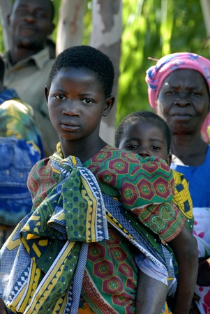 Malawi, enero 2010:two hermanas permanente en línea para llevar el agua.Hay tanta gente en Malawi, que tienen que tomar la bebida de agua de los pozos.La Asociación Terre des Hommes de ocupación de los problemas de agua del país Editorial