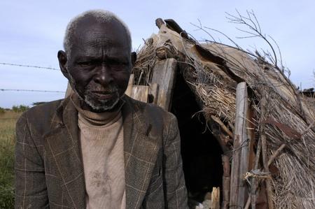 Kenya, enero 24,2004: Retrato de un anciano de su choza Africana. Hay muchos antiguos en Kenya viven en la pobreza.