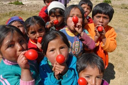 Lima, Perú: 21 de agosto de 2007: grupo de niños peruanos jugando al receso con globos rojos en el patio de la escuela primaria en Lima