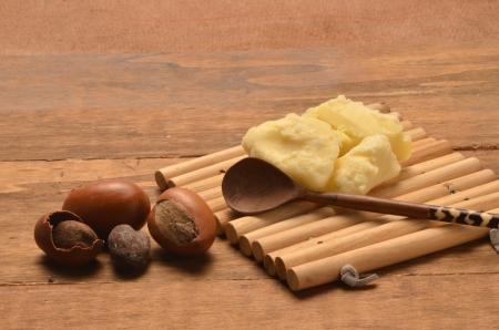 La manteca de karité con las semillas Foto de archivo - 9964283