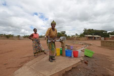 Salima, malawi, 06 de abril de 2011: las mujeres africanas buscar agua en la aldea de salima en abril 2011.the región de malawi en los últimos años sufriendo sequía