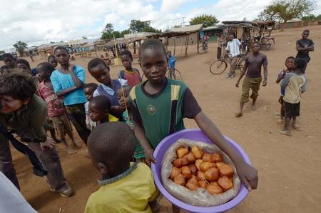 Salima, malawi, 06 de abril de 2011: dulce venta de ni�o hecho por la madre en la calle de salima.