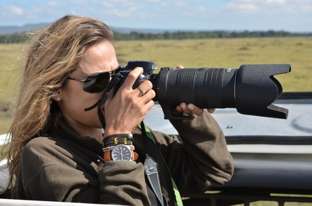 mujer fotógrafa en la sabana africana Foto de archivo