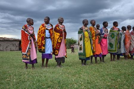 Masai Mara, Kenia, 17 de octubre de 2011: las mujeres Masai baile cultural tradicional ceremonia de cerca de Parque Nacional Masai Mara Reserve, Kenia Foto de archivo - 11117416