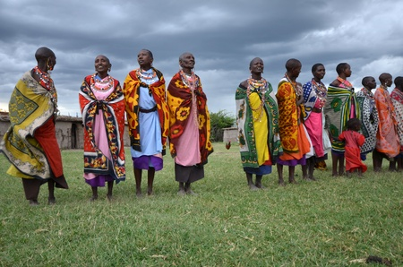 Masai Mara, Kenia, 17 de octubre de 2011: Masai mujeres con trajes tradicionales en algunos pueblos peque�os en el Masai Mara